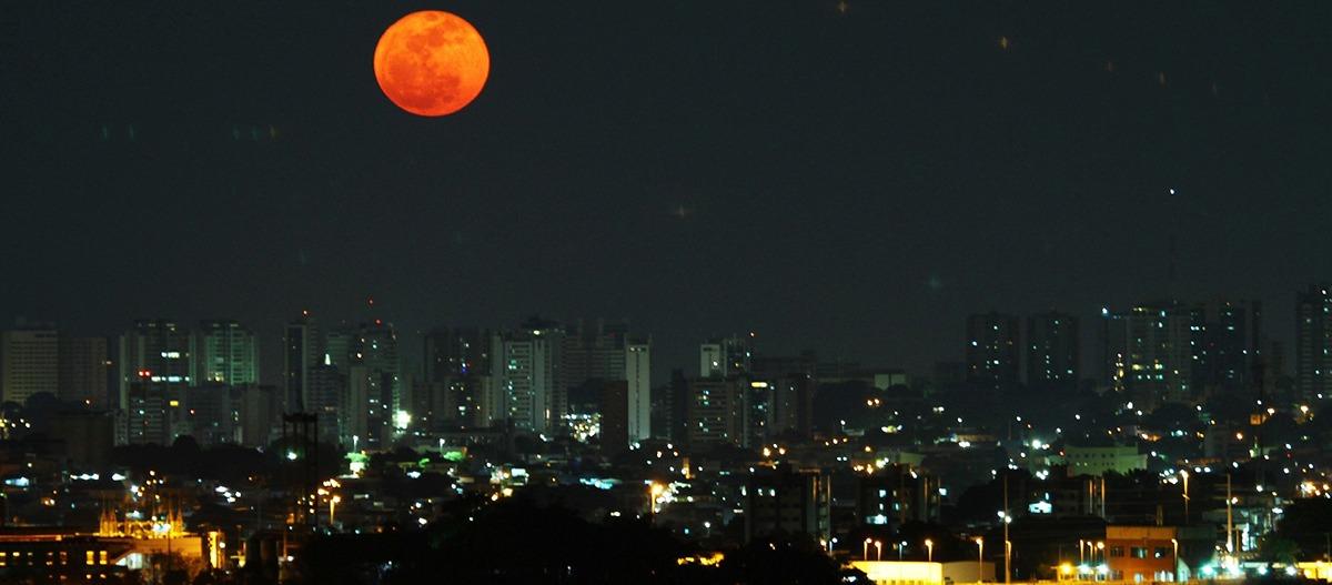 Lua avermelhada e a poluição presente no ar